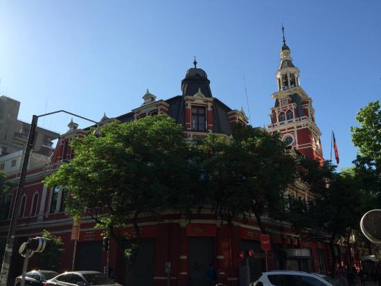 Firemen Building : Vista da esquina onde há uma farmácia.