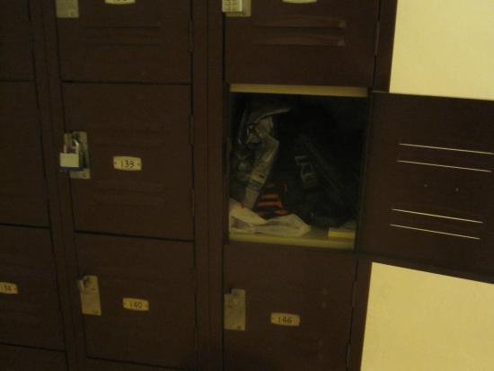 Downtown Washington Hostel: lockers are small