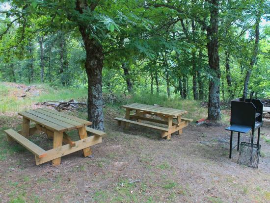 Zona de barbacoa habilitada en la finca de las caba as - Cabanas de madera en madrid ...