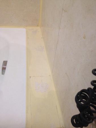 The Athenian Callirhoe Exclusive Hotel: Peinture sur la baignoire ! C sale ...