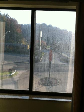Holiday Inn Express Winfield - Teays Valley: Dirty windows
