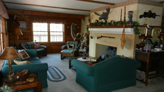 The Log House Lodge: Front room