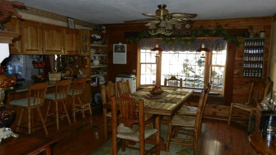 The Log House Lodge: Breakfast area