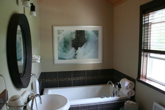 Domaine de la Baie: Salle de bain de la suite St Maurice, la baignoire