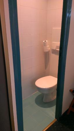 Best Western Paris Italie : Toilet is a separate room from shower/sink part of bathroom