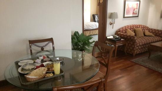 Ramada Plaza Palm Grove: Dinner table
