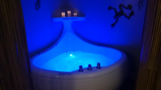 Avenue O Bed and Breakfast: Whale jacuzzi tub