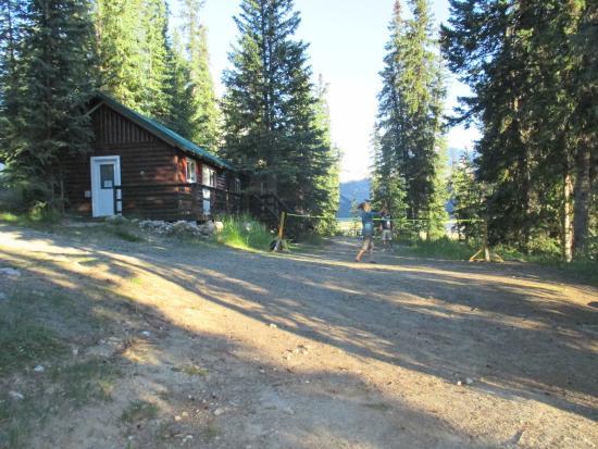 HI-Beauty Creek Wilderness Hostel: Hostel/Badminton area