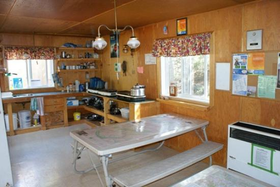 HI-Beauty Creek Wilderness Hostel: the kitchen