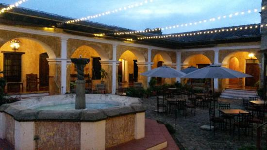 Hotel Convento Santa Catalina: Courtyard at night