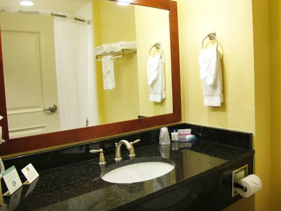 BEST WESTERN PLUS Westgate Inn & Suites: Tub/Shower Bathroom