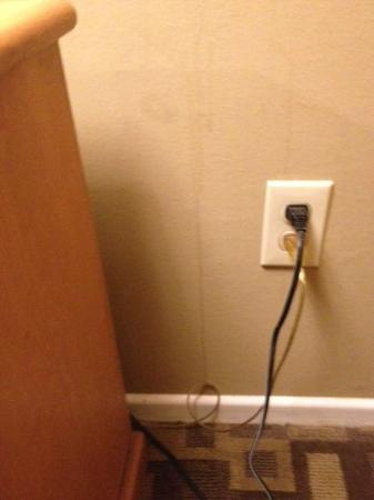Days Inn Bellingham: Stains on wall behind/by Nightstand