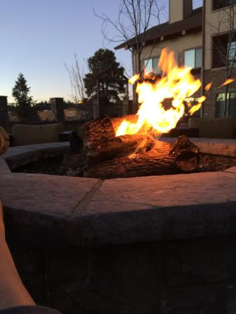 Courtyard Flagstaff: Twilight at the Flagstaff Courtyard fire pit