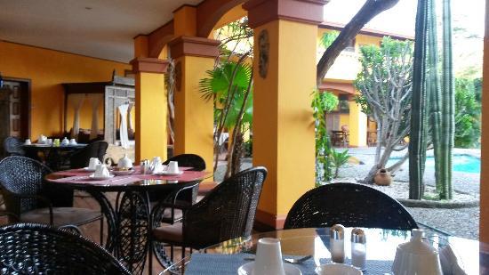 Hotel Posada Canal Grande: Area de mesas y piscina