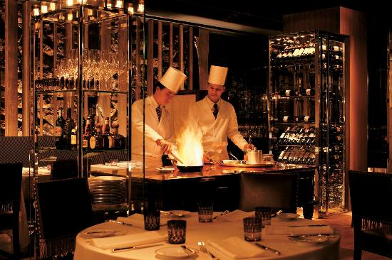 Tables Grill at Grand Hyatt Erawan Bangkok : Chefs cooking fresh grilled steaks or seafood
