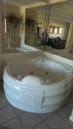 Grand Crowne Resort: Jacuzzi tub