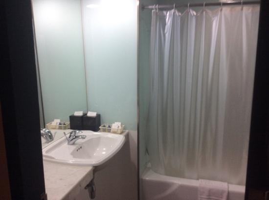 The Tawana Bangkok: 水漏れ無くまぁまぁ清潔 歯磨き用ミネラルウォーター2本付き