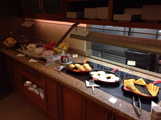 Hyatt Place New York Midtown South: Hot buffet breakfast bar