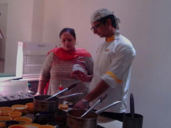 كيز هوتل تمبل فري: Culinary Demo at Keys Temple Tree