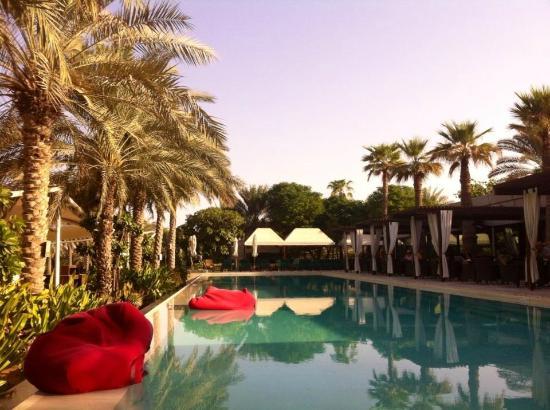 Desert Palm PER AQUUM: Infinity pool with floating bean bags