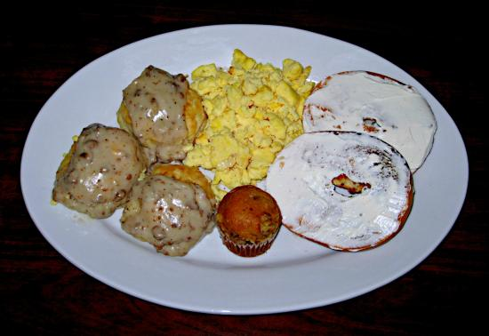 Country Inn & Suites By Carlson, Birch Run : Biscuits &Gravy, Eggs, Bagel & Cream Cheese, and Banana Nut Muffin