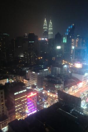 Capitol Hotel: Night view from our room towards the Petronas Towers