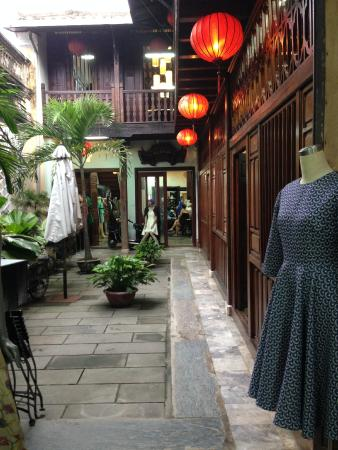 Aobaba Tailor : Courtyard inside showroom