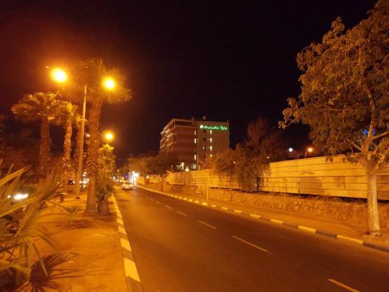 Comfort Hotel Eilat : отель вечером