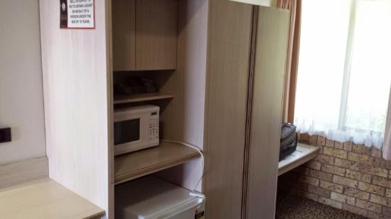 Newcastle Links Motel: Microwave and fridge