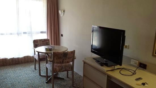 Fern Bay, Avustralya: LCD TV and table near window with a view