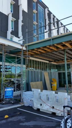 Ibis budget Auckland Airport : construction at the front of the building