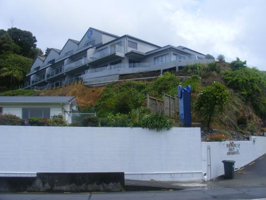 Blue Pacific Apartments Paihia: Blue Pacific seen from the street below