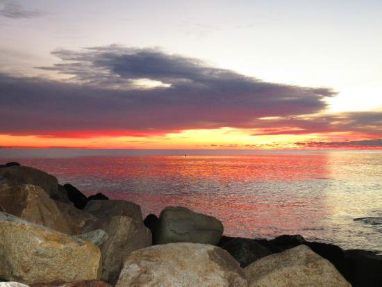 Blueberry Cove Inn: Sunrise Narragansett Beach