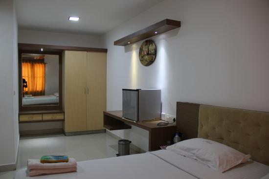 Hotel Annamalai International: Kind Suite - Cup Board view