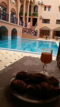 Hotel Oudaya : Bonita piscina en un hotel medio