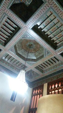 Hotel Oudaya : Bonitos techos en la recepción