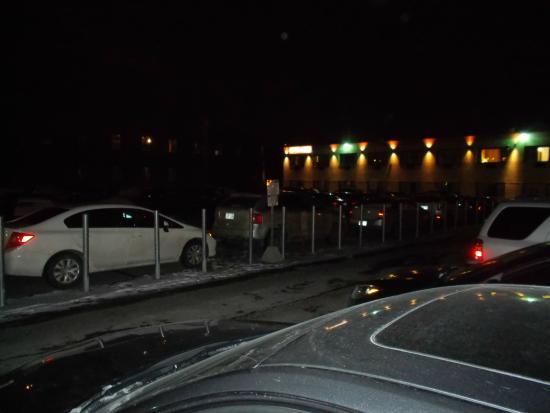 Econo Lodge: Parking lot at night