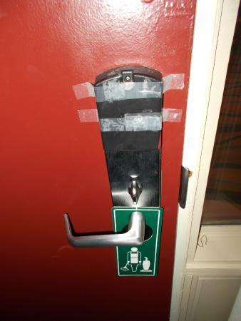 Econo Lodge Aeroport: Inside room security lock