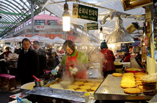 Grilled Fish Street in Dongdaemun Market: 屋台