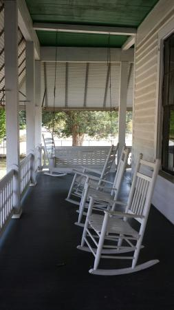 Hank Williams Boyhood Home and Museum: Great front porch filled with rockers
