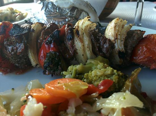 El cochinillo : Estupenda carne a la brasa con un sabor espectacular. Genial el trato, un sitio para añadir a la