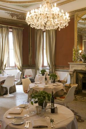 Le Chateau des Alpilles Restaurant : Cheminée dans le restaurant
