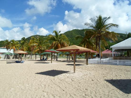 Turners Beach: beach with wooden free umbrellas