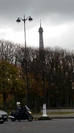 Hotel de l'Alma: Tower eiffel in two minutes