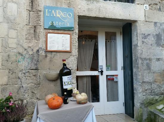 L'Arco Osteria Caffeteria: Entrata del ristorante... occhio al gradino! :-)