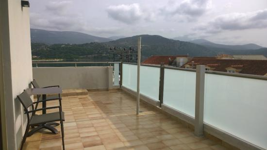 Mouikis Hotel: large balcony with views from 3 sides