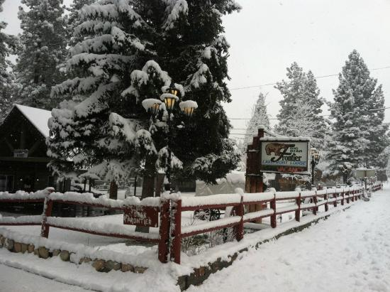 Big Bear Lake, CA: Hotel Entrance