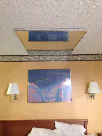Riverside Inn and Suites : Mirrors on the ceiling above the bed.  Classy...
