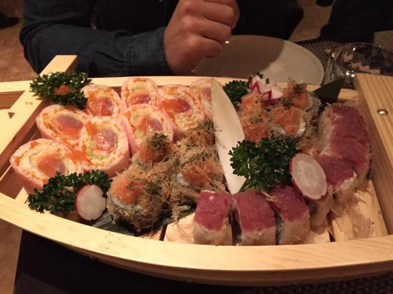 Furai: Abbiamo chiesto tre varianti di Sushi in un piatto unico.Molto buono, unica pecca aver usato la