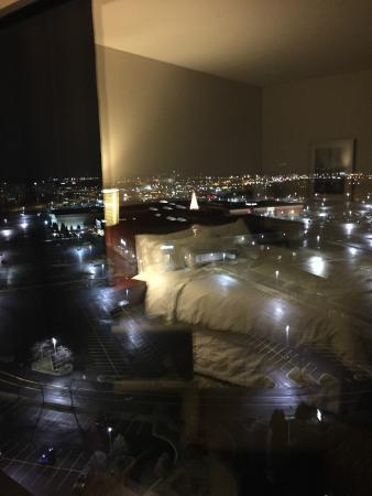 The Westin Lombard Yorktown Center: Reflection of room and view of the city.